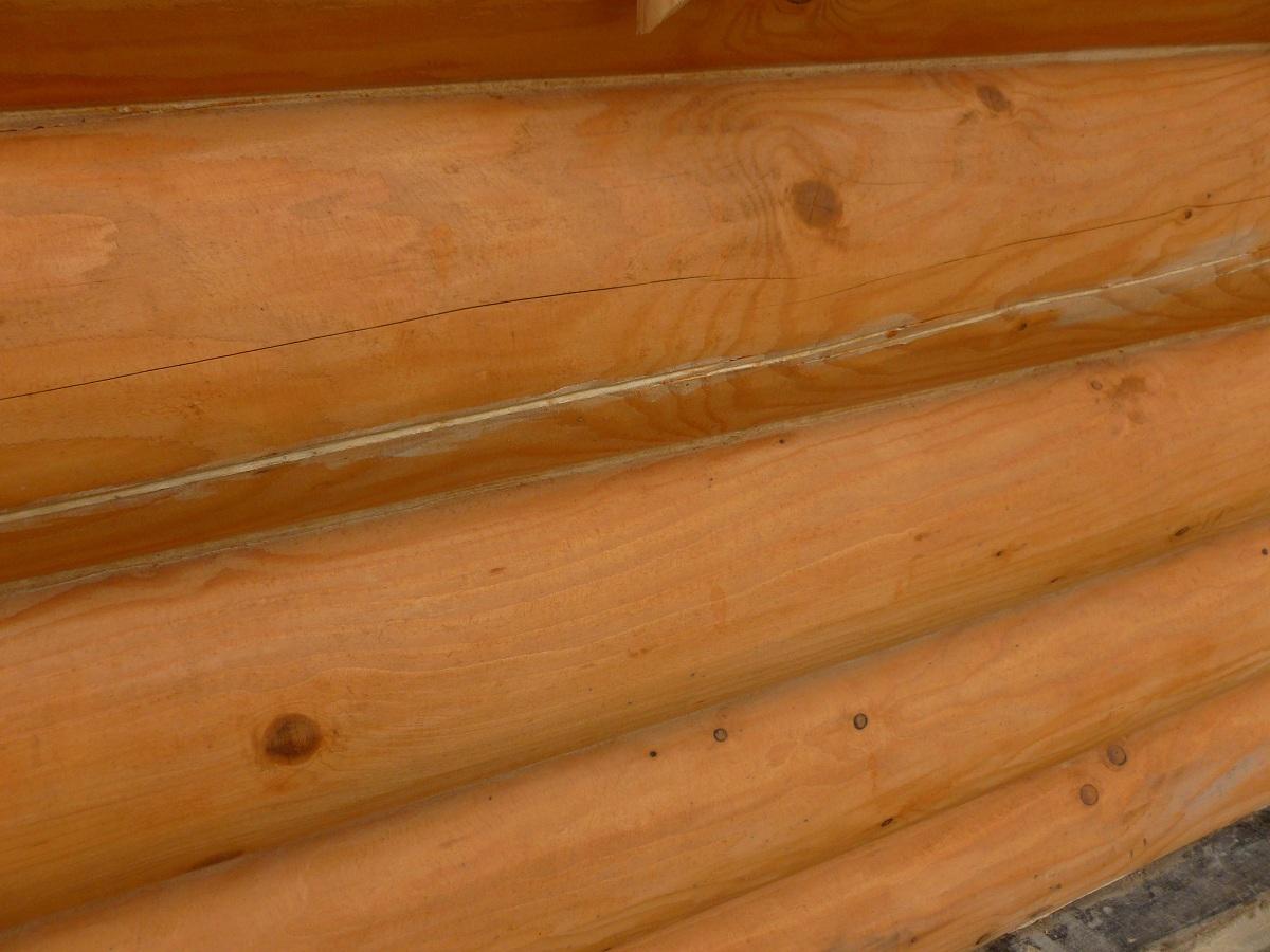 """Внешний стык бруса, Частный деревянный дом, обработан Герметиком Неомид """"Теплый дом"""" """"Wood Professional""""."""