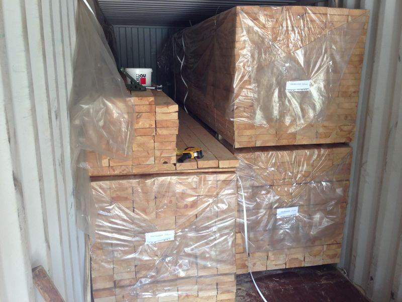 """Погрузка и упаковка готовых досок, Пиленая древесина подготовленная на экспорт обработана Транспортным антисептиком """"Неомид 460""""."""
