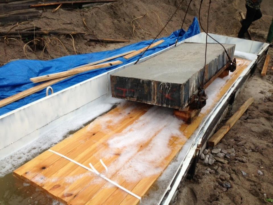 """Пропитка досок в ванне, Пиленая древесина подготовленная на экспорт обработана Транспортным антисептиком """"Неомид 460""""."""