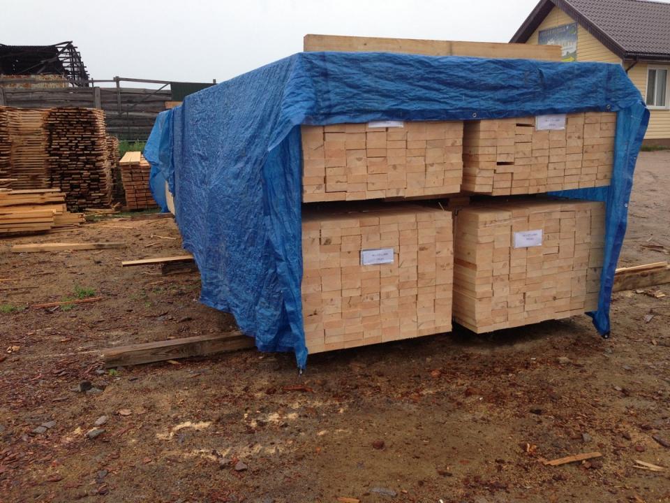 """Сушка обработанных досок, Пиленая древесина подготовленная на экспорт обработана Транспортным антисептиком """"Неомид 460""""."""